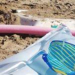 Sotto la sabbia di Terzo Pettine spunta la carcassa di una barca seppellita