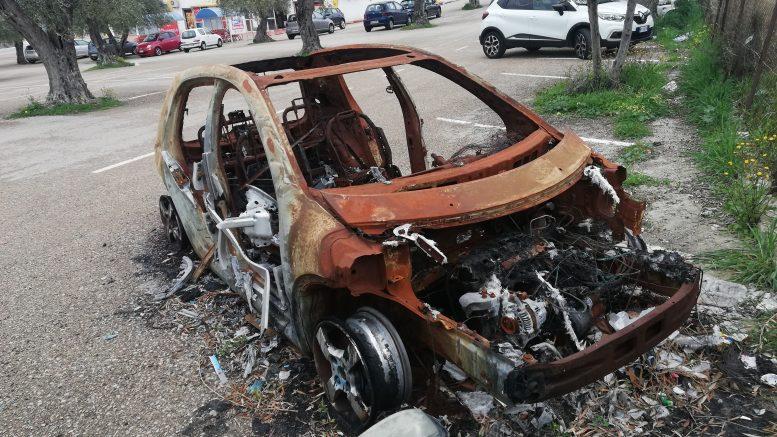 Sorso, auto bruciata e abbandonata all'esterno del centro ...