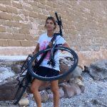 Lanciano la bici di Elisabetta Canalis dai bastioni di Alghero
