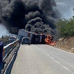 Inferno di fuoco sulla 131, in fiamme un camion