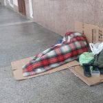 A 21 anni dorme sotto i portici della piazza, la solidarietà di Sassari non si fa attendere